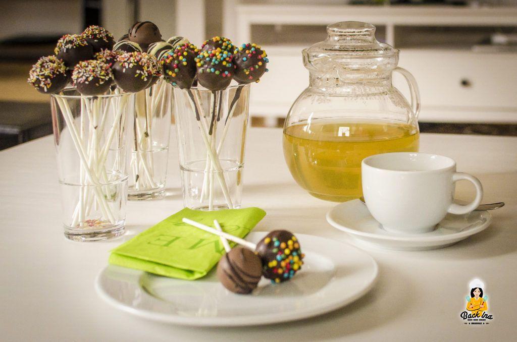 Bunte Kaffeetafel mit Cakepops