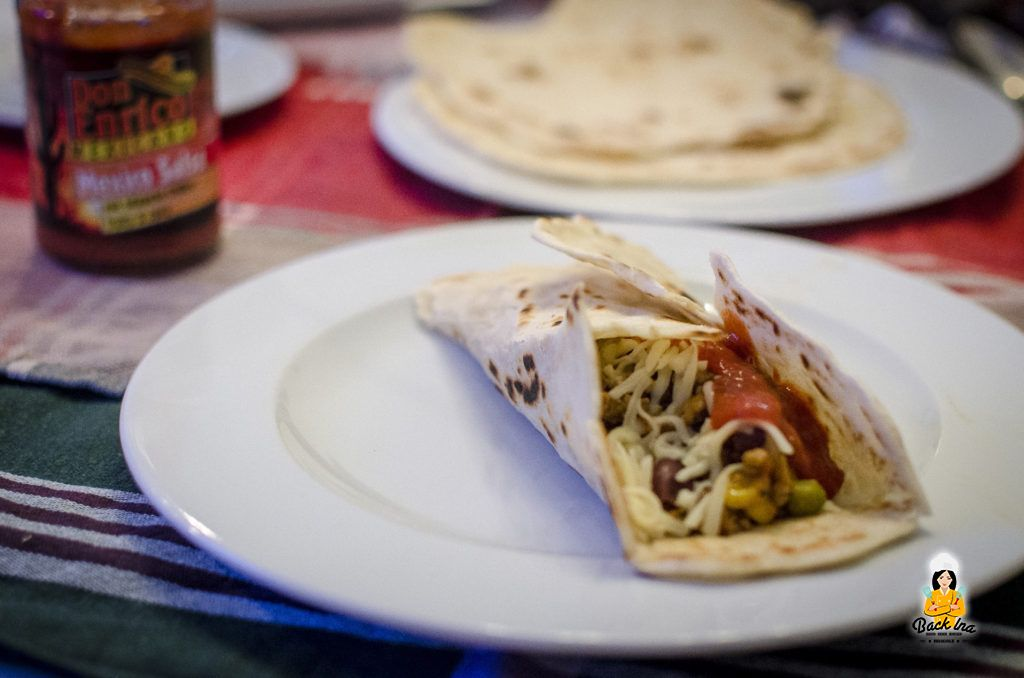 Selbstgemachte Weizentortillas mit Chili con Carne gefüllt