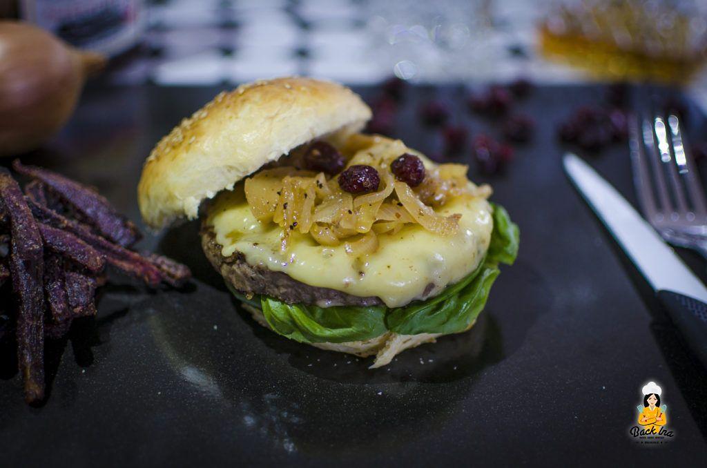 Ein leckeres Cranberry Zwiebel Chutney auf dem selbstgemachten Cheeseburger