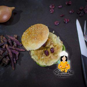 So sieht der fertige Cheeseburger mit selbstgemachtem Burger Brötchen aus