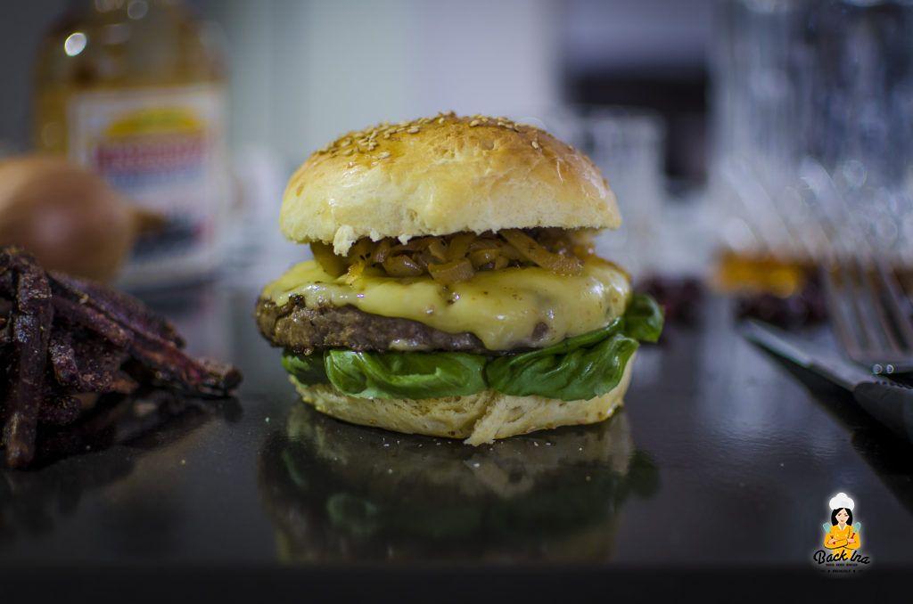 Ein selbstgemachter Cheeseburger mit Cranberry Zwiebel Chutney