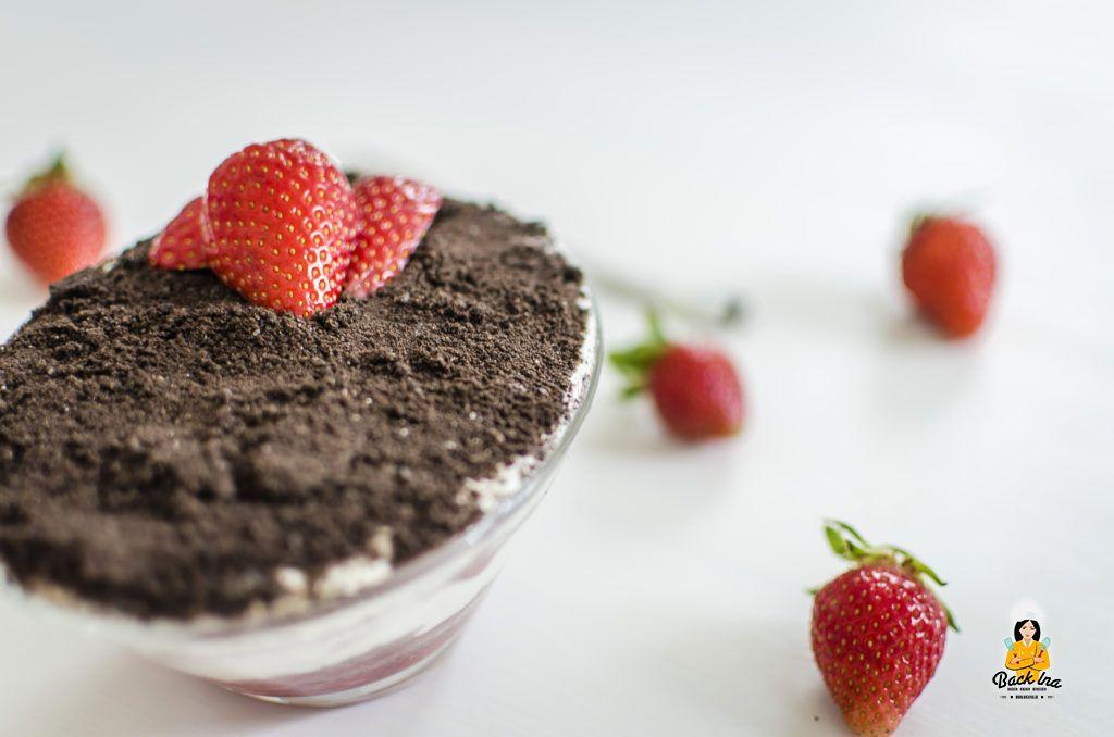 Erdbeeren, Joghurt und Oreos in einem schnellen Dessert für den Frühling