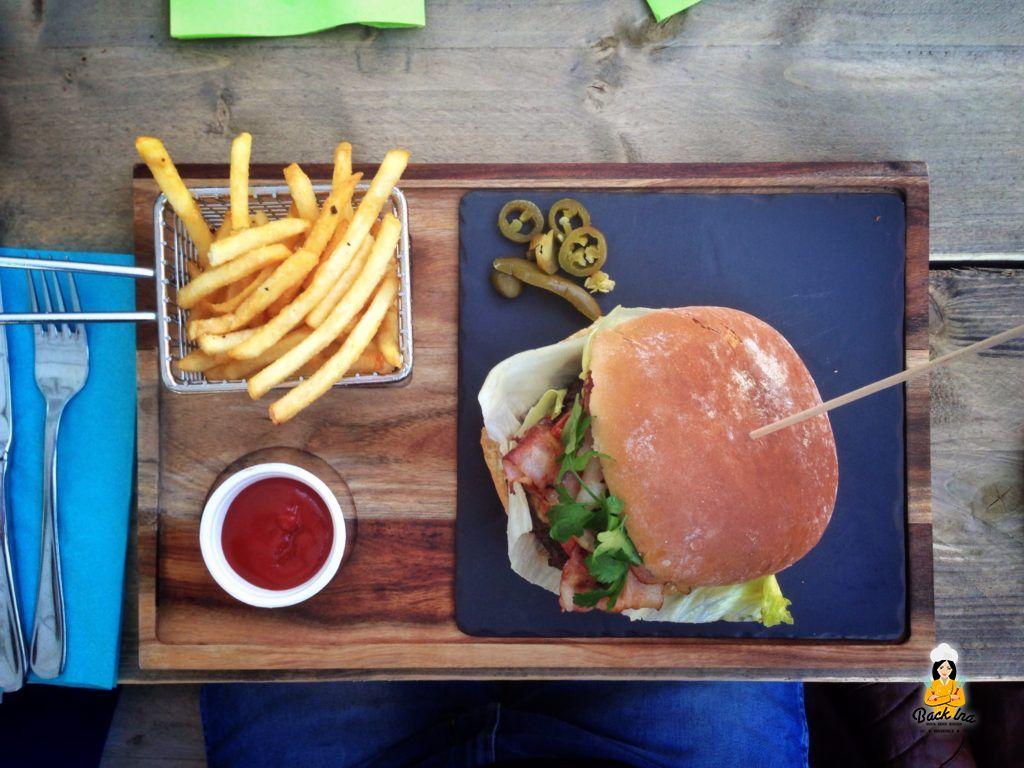Herzhafter Burger mit Bacon und Käse im Enchilada Bayreuth