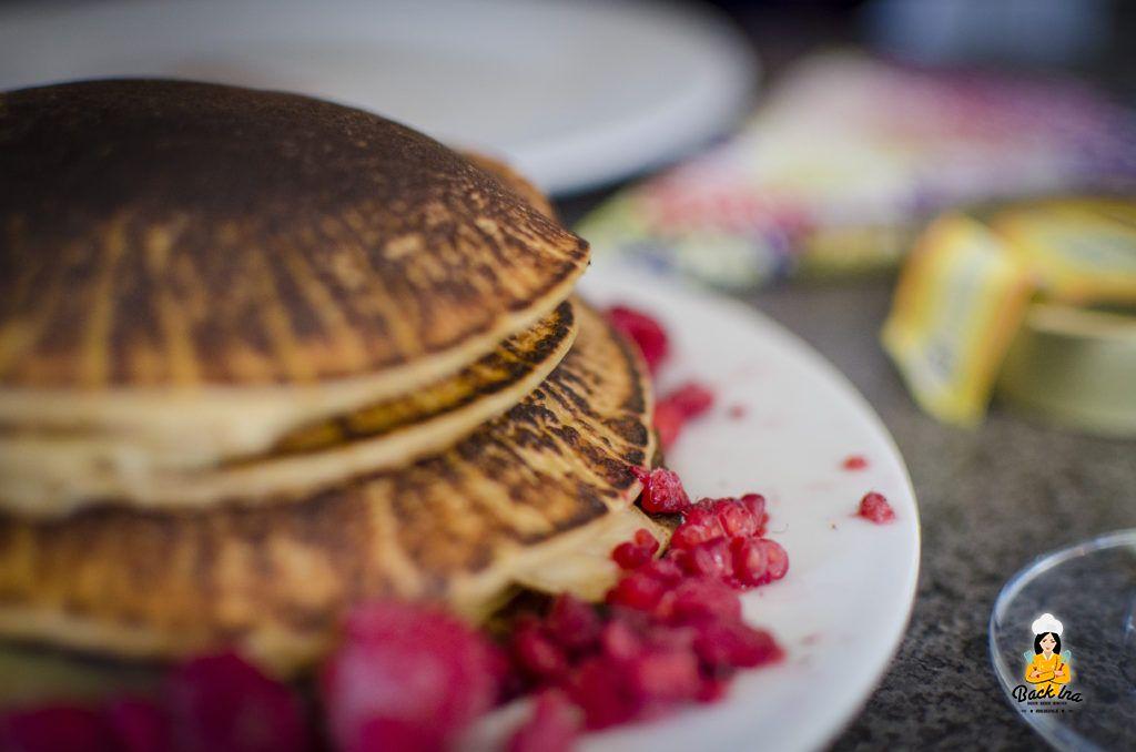 Turm aus fluffigen Buttermilch Pancakes