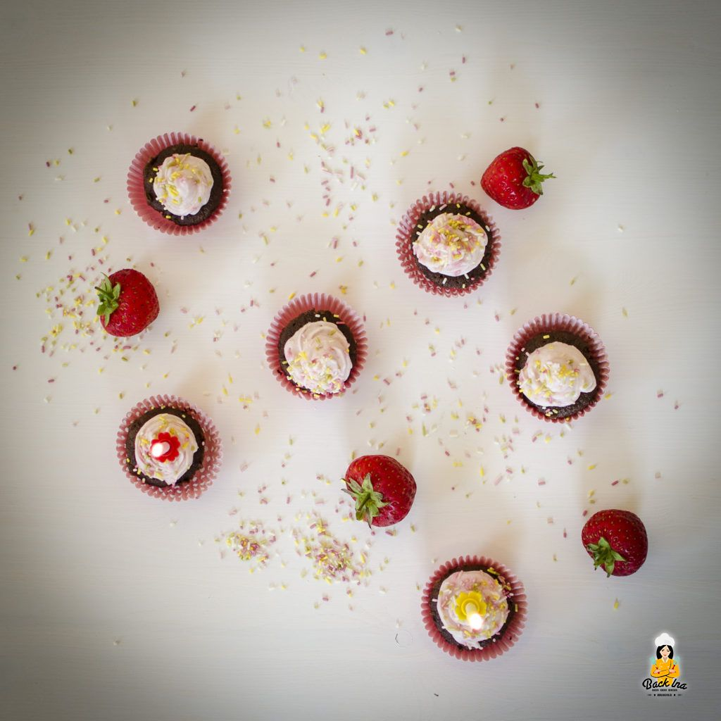 Bunte Schoko Cupcakes mit Erdbeer Topping zum Geburtstag
