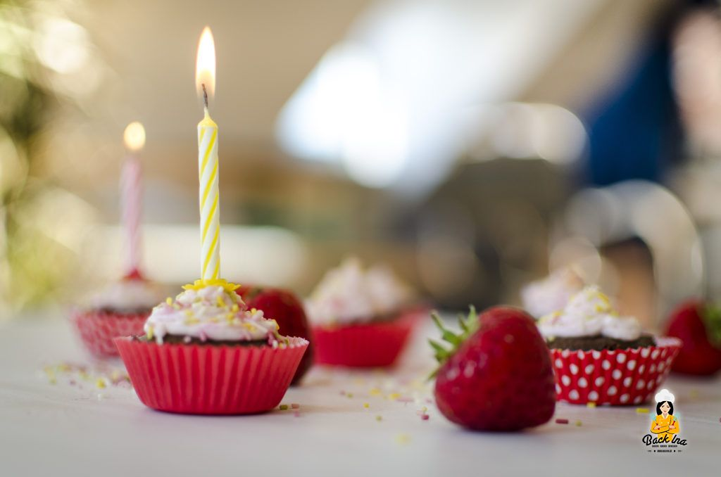 Kindergeburtstag mit Mini Schoko Cupcakes und Erdbeer Topping