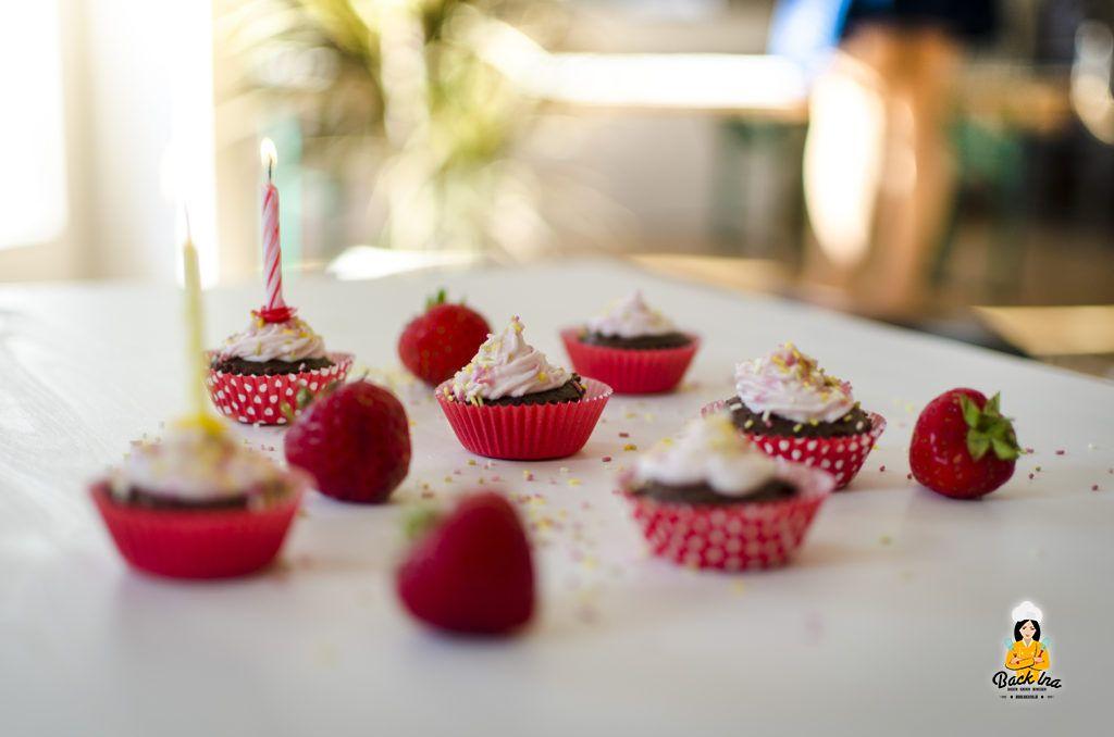 Mini Schoko Cupcakes mit Erdbeer Topping zum Geburtstag