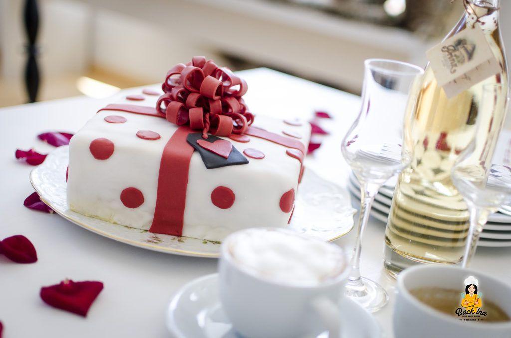 Geschenk-Torte mit Aprikosen und Buttercreme