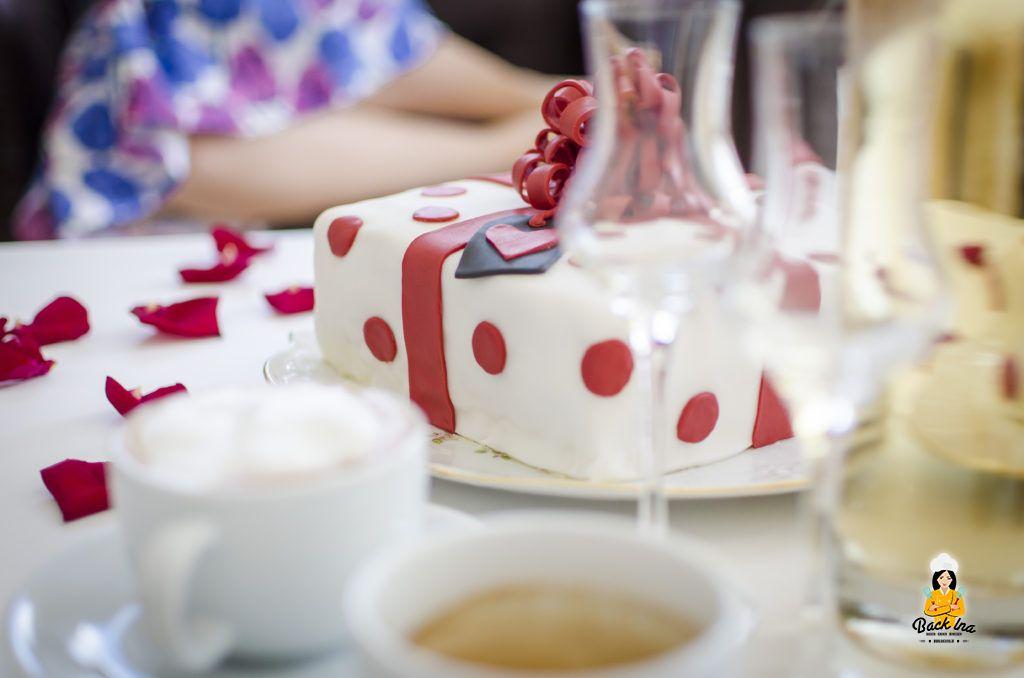 Torte in Form eines Geschenks mit Fondant und Aprikosen-Füllung