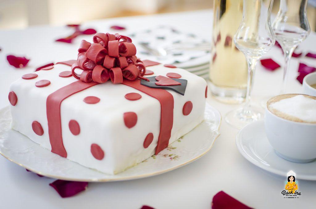 Fondant-Torte mit Schleife und Aprikosen-Fülllung