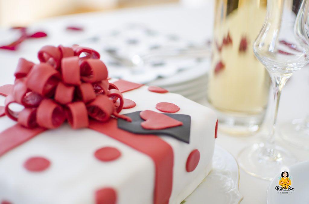 Fondant-Schleife auf Geschenk-Torte