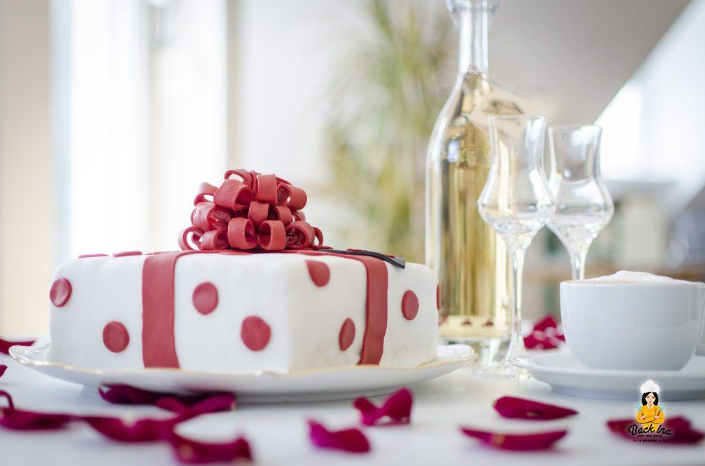 Geschenk-Torte mit Aprikosen-Teig und Vanille-Buttercreme