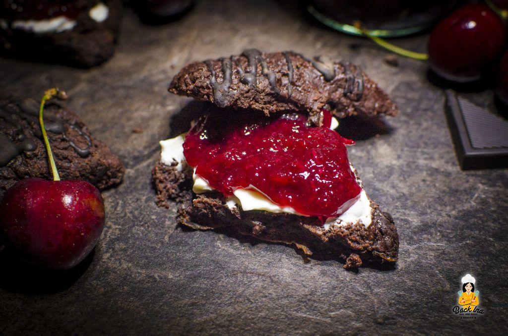 Leichte Schokoladen Scones mit Kirschmarmelade