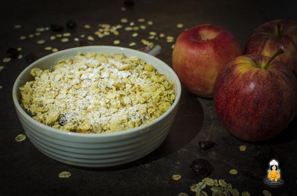 Dessert vom Grill: Apple Crumble mit Haferflocken und Trauben