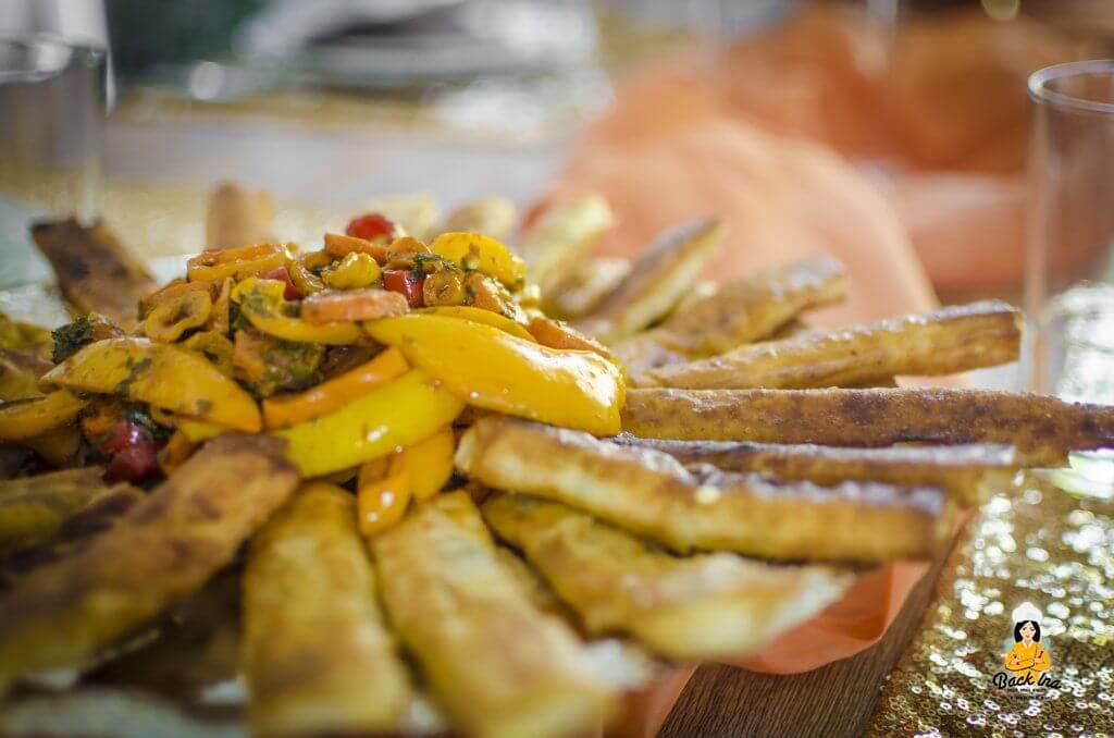 Filoteig-Röllchen und Gemüse orientalischer Art als Vorspeise beim orientalischen Abend