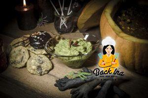 Grusel Finger mit grünem Dip: Snack zu Halloween, dahinter verbergen sich Grissini mit Guacamole