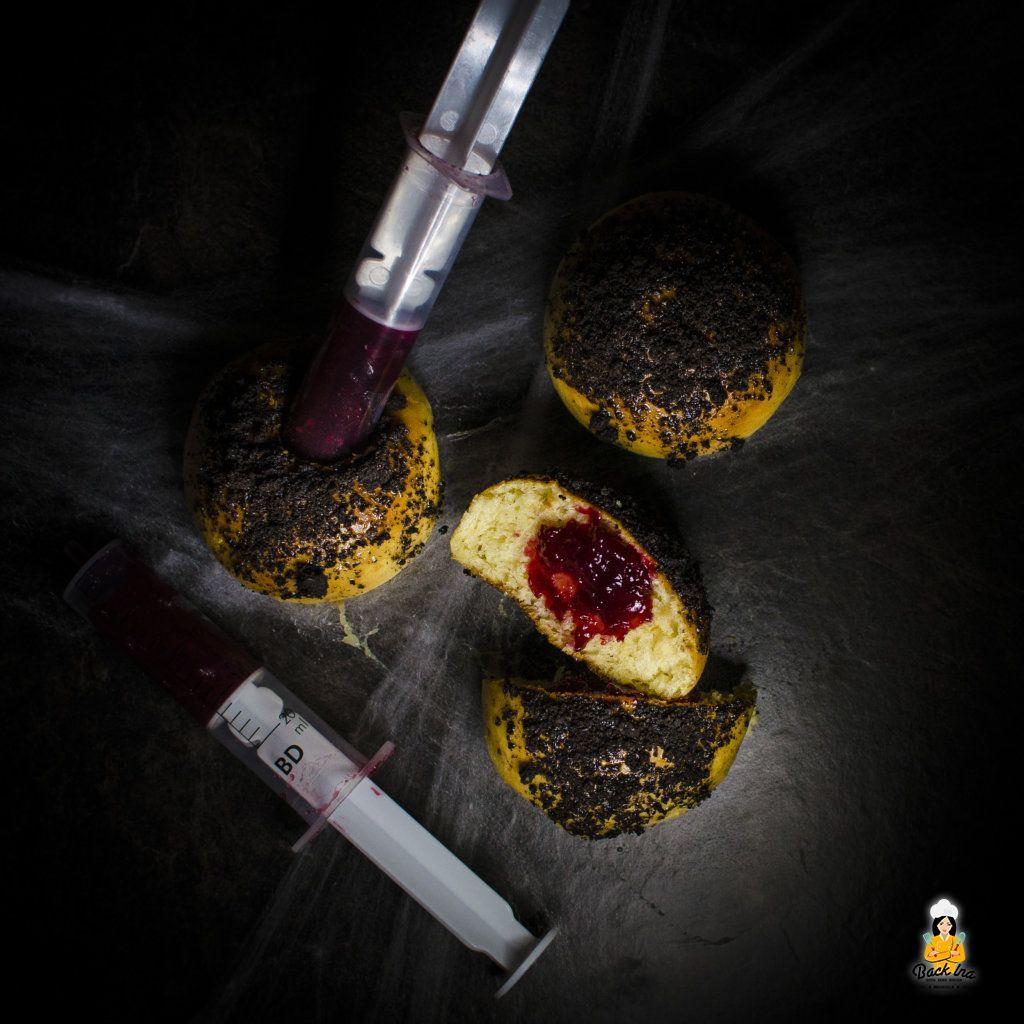 Witzige Idee für eine Mottoparty oder Halloween: Blutige Milchbrötchen mit Spritze