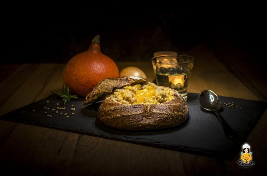 Deftige Suppe im Brot: Überbackene Kürbissuppe