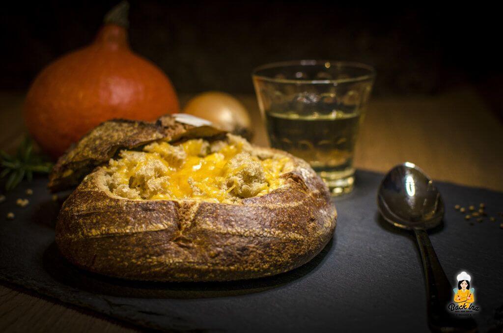Überbackene Kürbis Suppe im Brot: Lecker herbstlich und deftig!