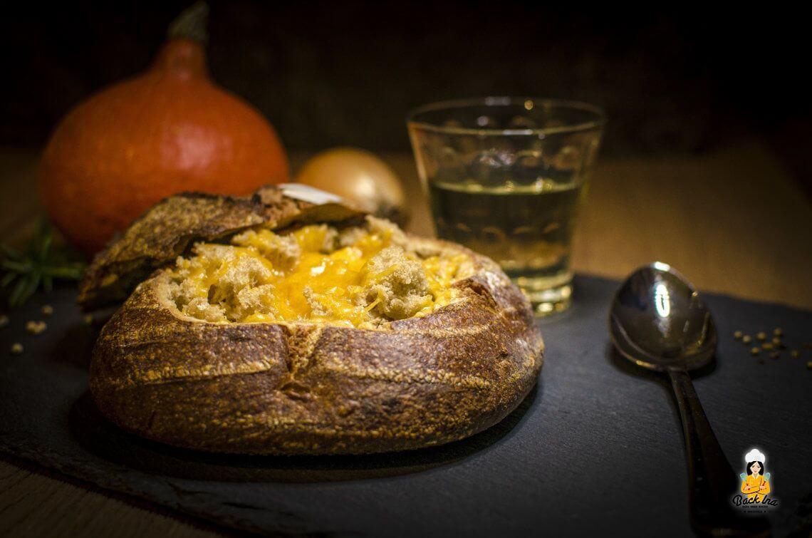 Suppenkasper (Suppe im Brot serviert und überbacken)