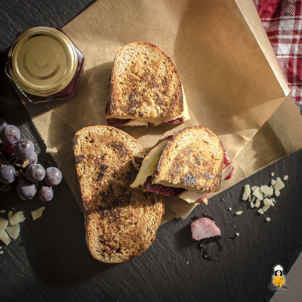 Grilled Cheese: Gegrilltes Käse Sandwich mit Trauben und Pute