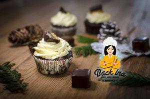 Leckerer Lebkuchenteig, dazu Marmelade und ein Marzipantopping - das sind die leckeren Dominostein Cupcakes