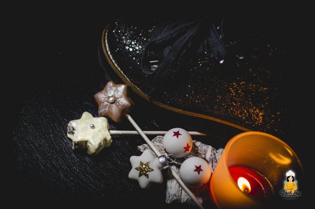 Weihnachtliche Cake Pops in Form von Sternen mit essbarem Glitzer