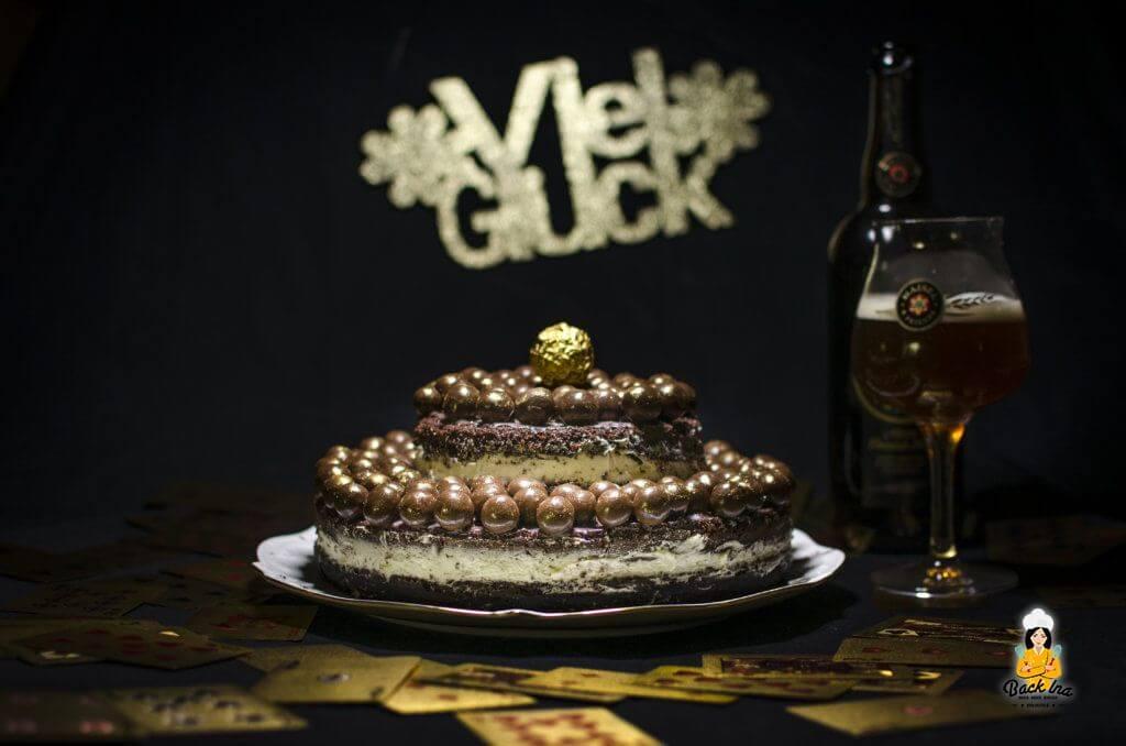 Ein zweistöckiger Schoko Naked Cake mit Bier im Teig zu Silvester