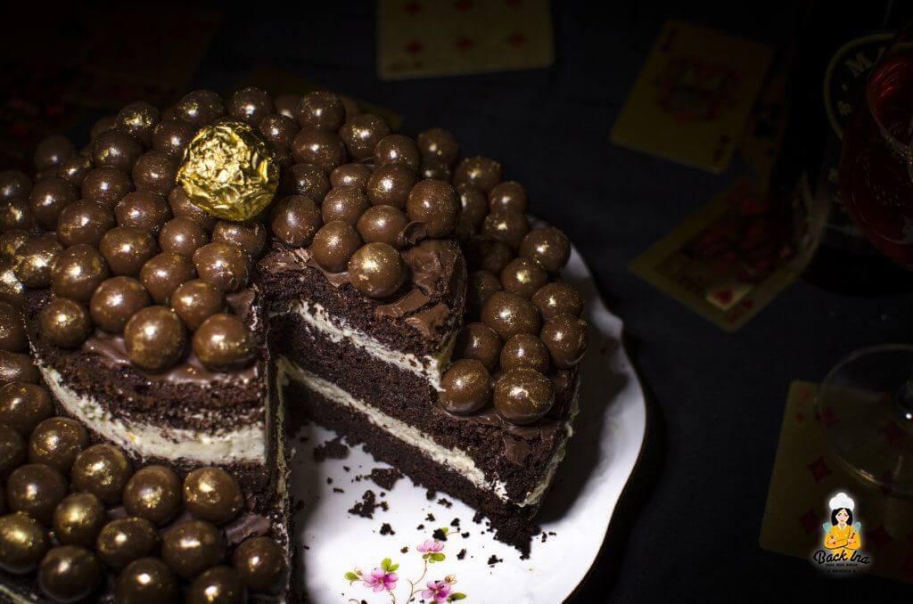 Zweistöckiger Schoko Naked Cake mit Bier im Teig und goldener Deko