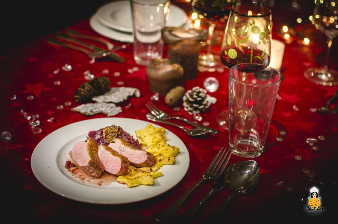 Entenbrust mit Feigen-Cassis-Sauce, Cranberry-Rotkohl und Polenta-Sternen
