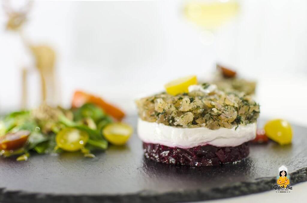 Törtchen aus gebeiztem Saibling, Meerrettichcreme und Roter Beete als fränkische Vorspeise