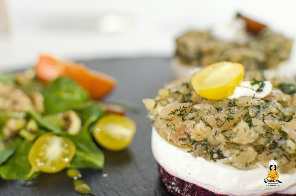 Fränkische Vorspeise: Törtchen aus Saibling und Roter Beete mit Feldsalat