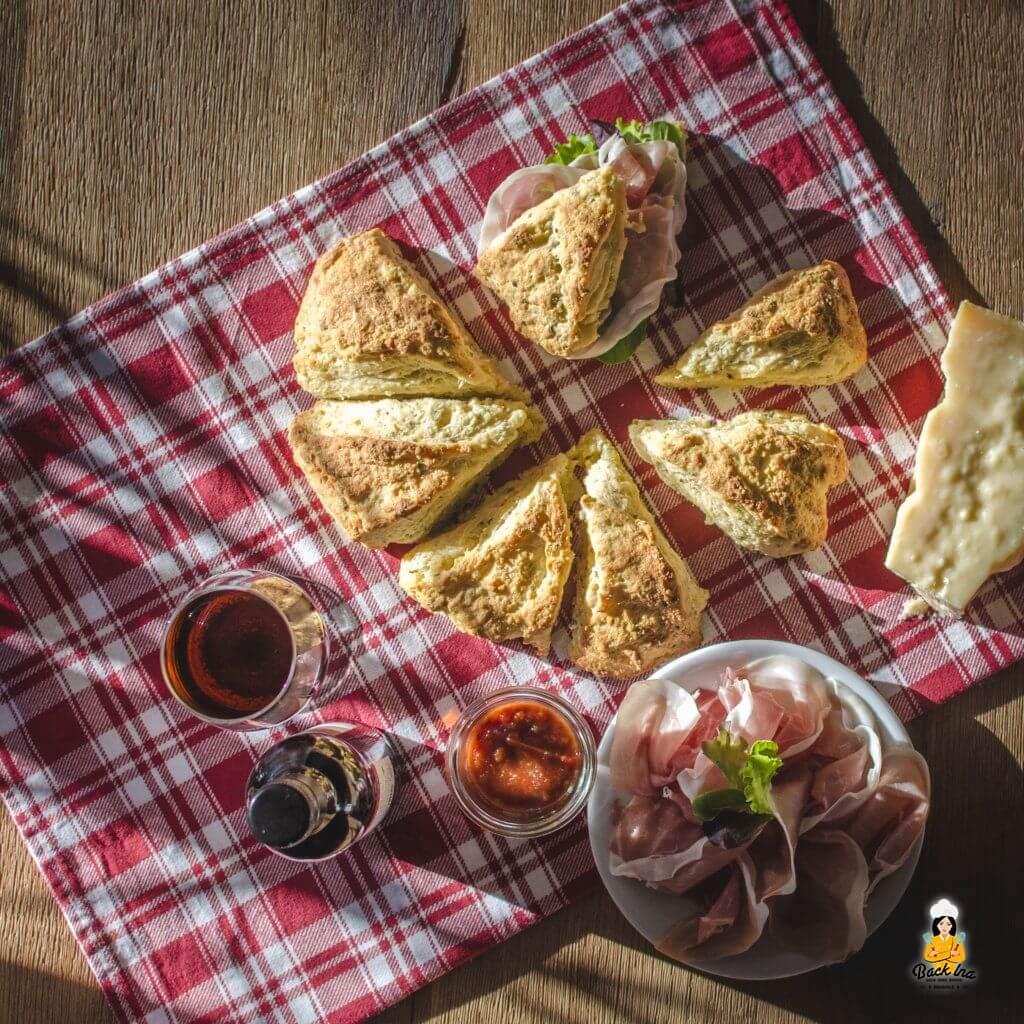 Käsescones mit Grana Padano und San Daniele Schinken: Herzhafter Snack für Gäste