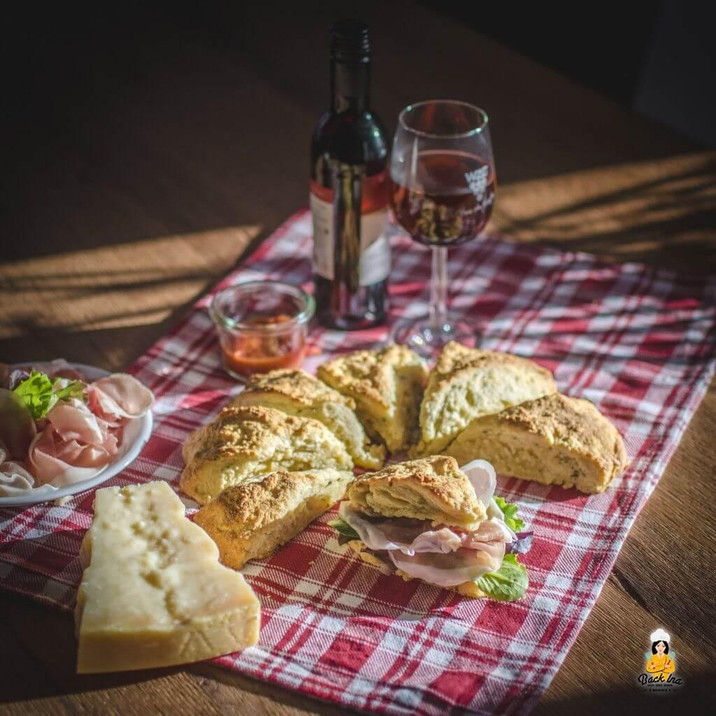 Herzhafte Scones mit Käse und Schinken: Leckerer italienischer Snack zu Wein.