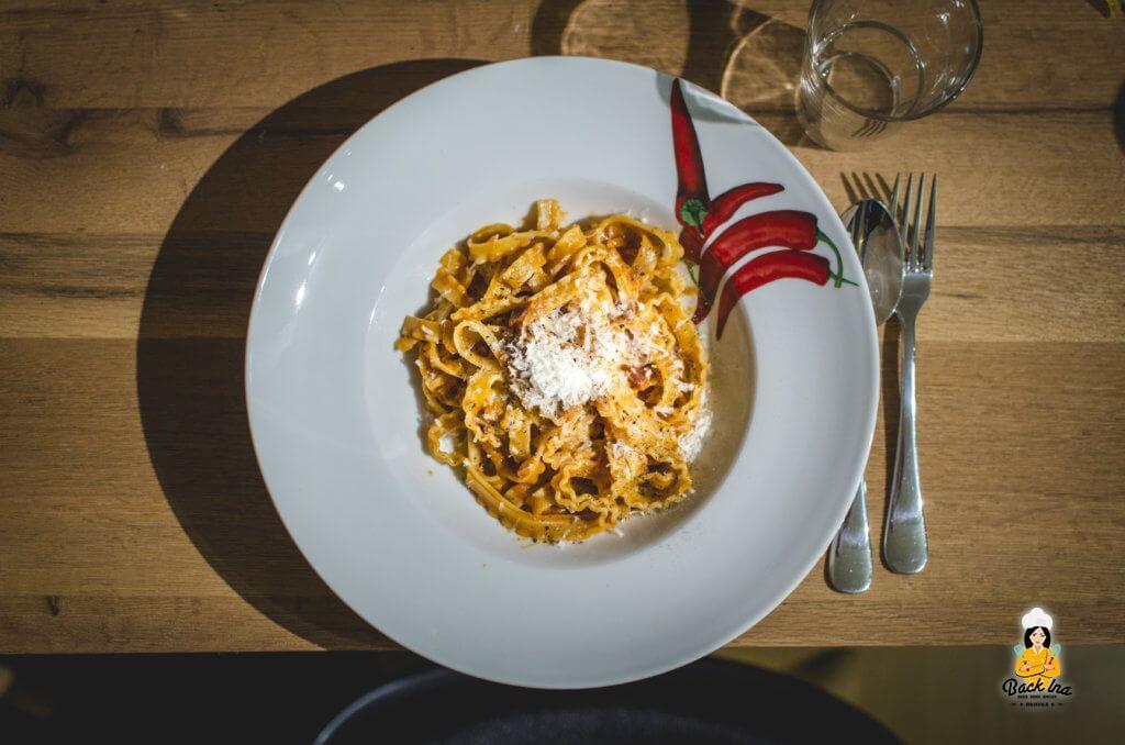 Spaghetti alla Vodka: Nudeln mit Tomatensauce, Wodka und Speck, ein Rezept aus den 50er Jahren Hollywoods.