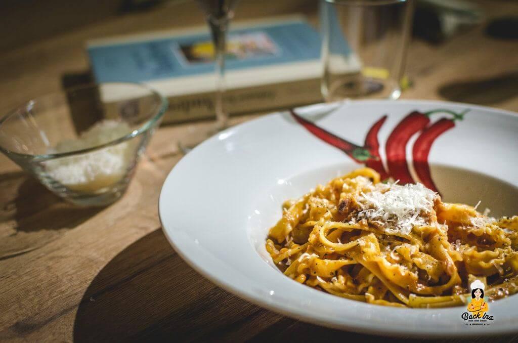 """Spaghetti alla Vodka: Spaghetti mit Tomatensauce, Speck und Wodka. Ein Rezept aus dem Buch """"Zuhause bei Audrey"""""""