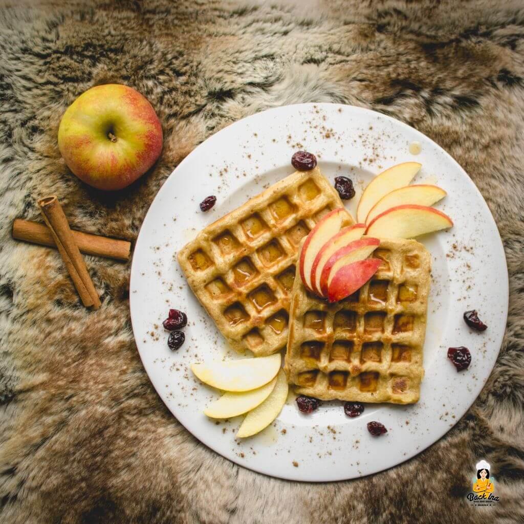 Gesund und kalorienreduziert: Apfel Zimt Waffeln mit geriebenem Apfel und Joghurt im Teig