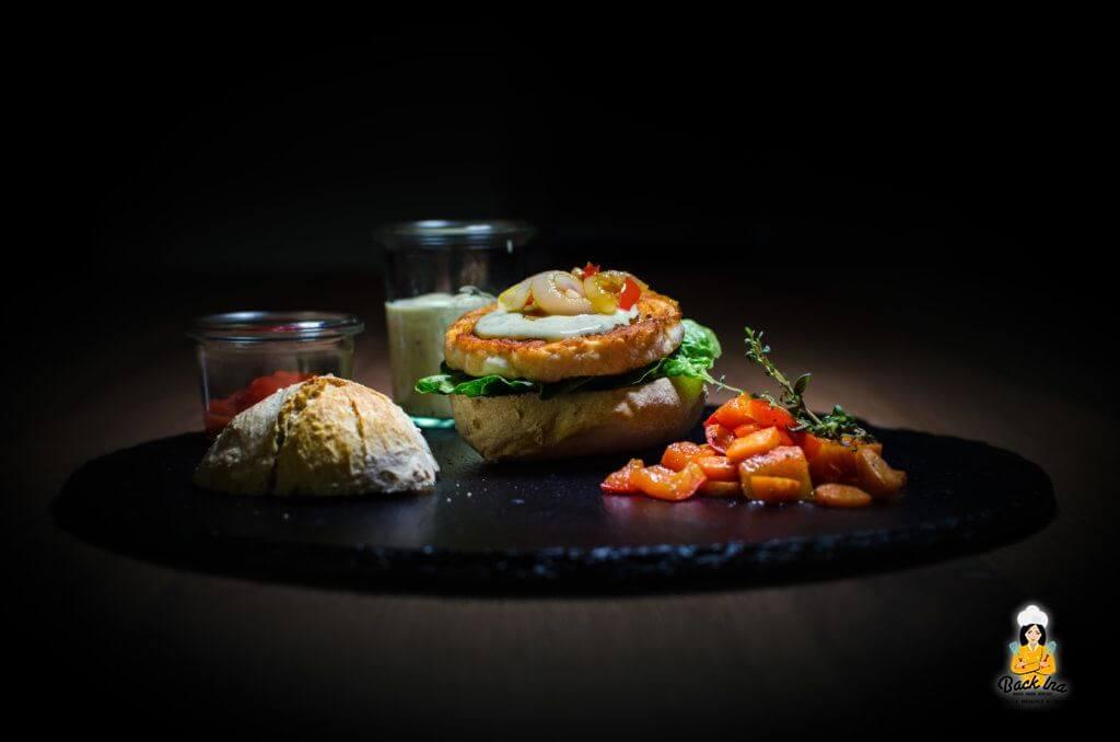 Ein Lachs Burger mit Pfannengemüse und selbst gebackenem Ciabatta Bun: Leckere Abwechslung auf dem Teller!