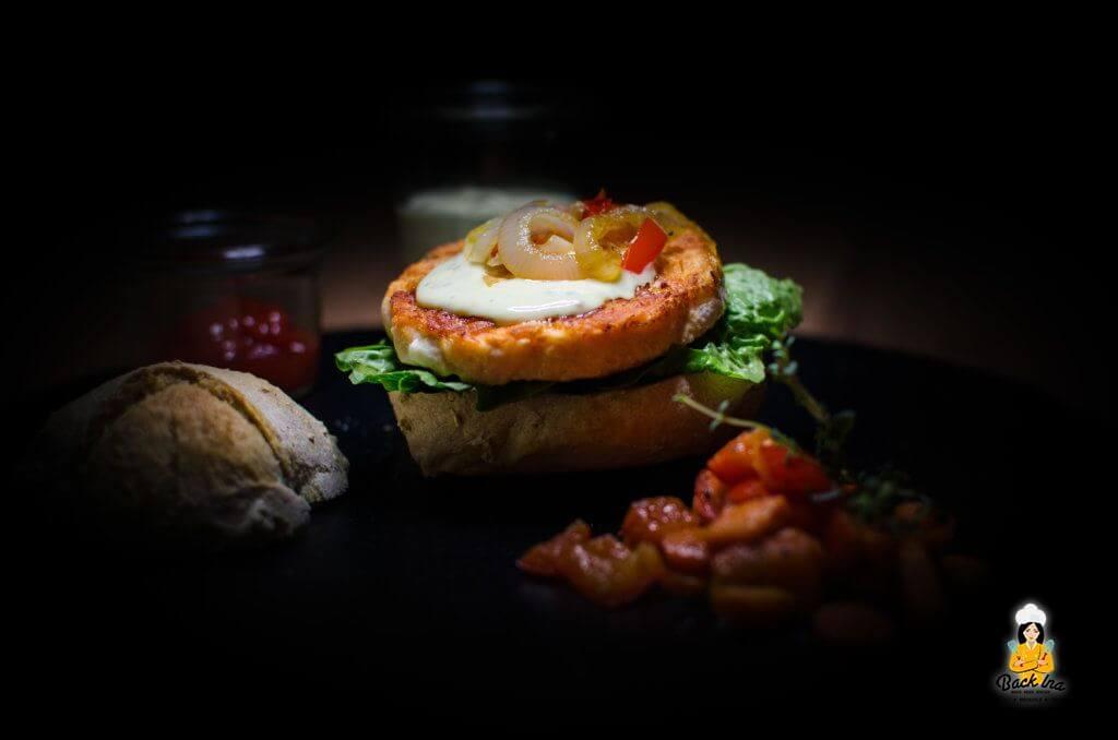 Lachs Burger mit Honig-Senf-Sauce und Pfannengemüse. Dazu selbst gebackene Ciabatta Buns - die idealen knusprigen Buns!