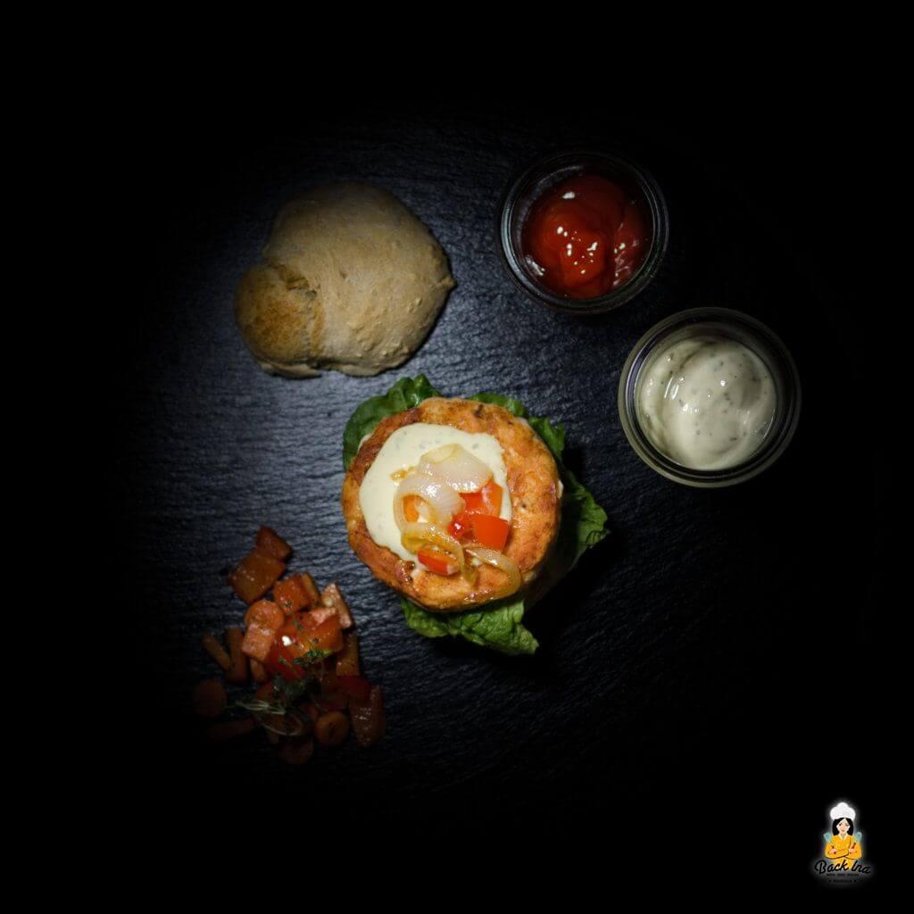 Fisch Burger mit Lachs, Pfannengemüse und Senf-Dill-Sauce, dazu selbst gebackene Ciabatta Buns