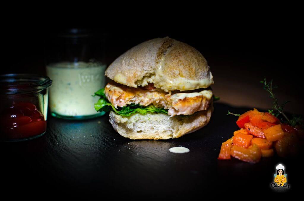 Selbst gemachter Ciabatta Bun, dazu ein Lachs Patty, Gemüse und eine Honig-Senf-Sauce: So muss ein Lachs Burger schmecken!