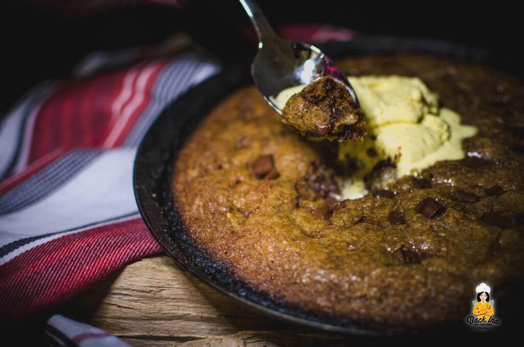Ein riesiger Cookie aus der Pfanne schmeckt mit einer Kugel Eis super als Dessert