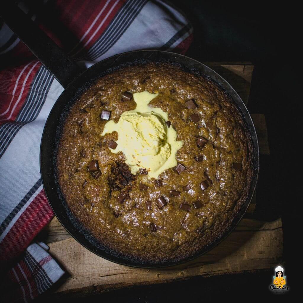 Ein Skillet Cookie ist ein riesiger Cookie aus der Pfanne: Perfekt als warmes Dessert für die große Runde
