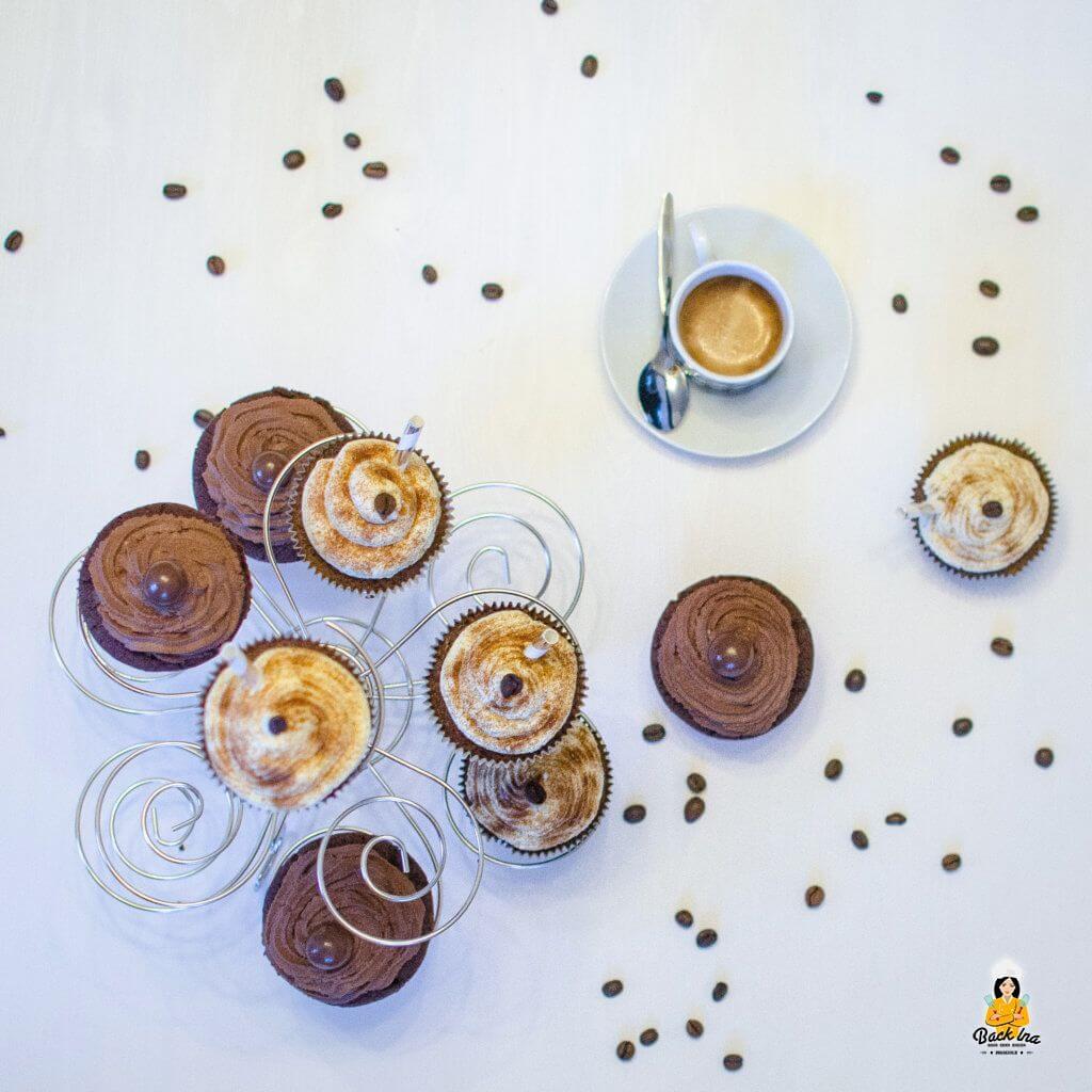 Zweierlei Cupcakes: Schoko Chili Cupcakes und Latte Macchiato Cupcakes, zum Beispiel für die Kollegen