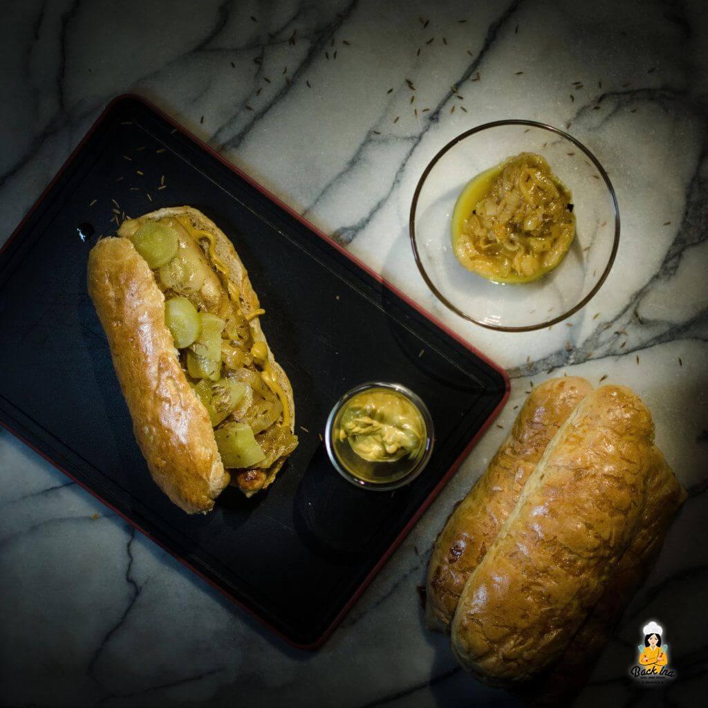 Fränkische Hot Dogs mit selbstgemachten Buns sowie einem Zwiebel-Chutney