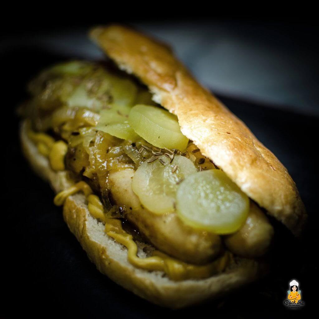 Hot Dog mal anders: Hot Dog Buns selbstgemacht mit Bratwurst und Zwiebel-Chutney
