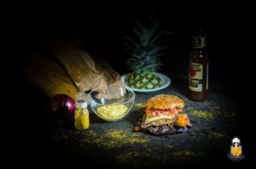 Selbstgemachter Chicken Burger Hawaii mit gegrillter Ananas und saftigem Hähnchen sowie selbstgemachten Brioche Buns
