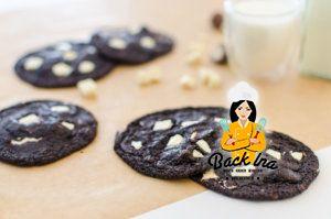 Achtung, Suchtgefahr: Double Chocolate Cookies mit dunklem Teig, weißen Schokostückchen und Kinder Schokobons. So weich und chewy!