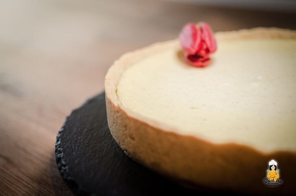 Ein klassischer cremiger Käsekuchen mit Vanille und Rum in der Käsemasse