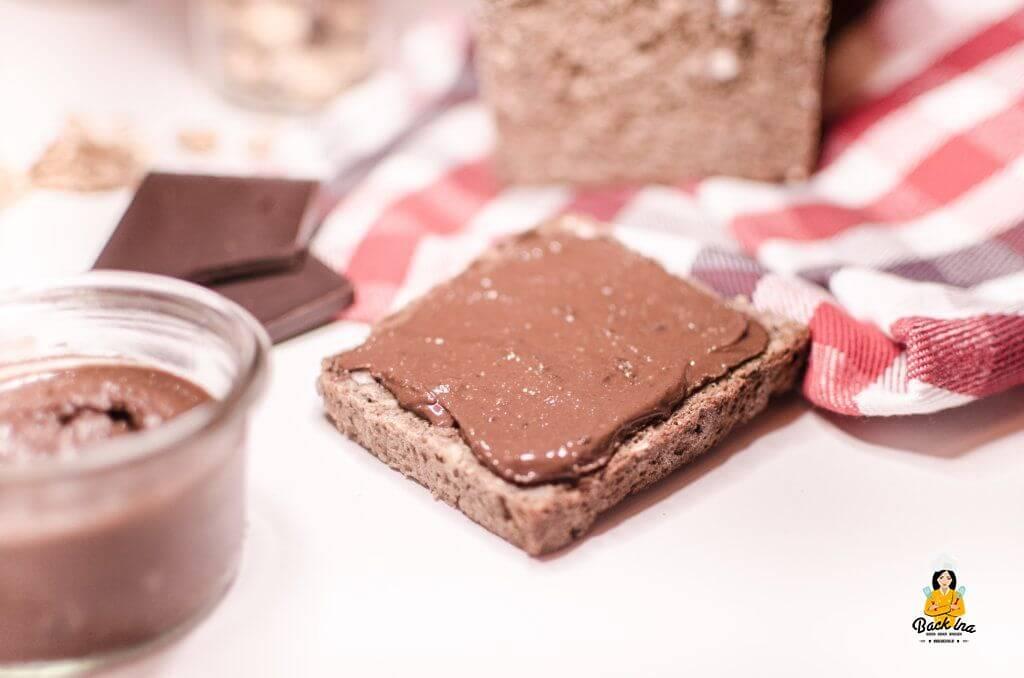 Vegane Schoko-Nuss-Creme selber machen ist nicht schwer. Im Vergleich zu Nutella hat diese Variante keinen Zucker und ist chemiefrei - einfach nur lecker!